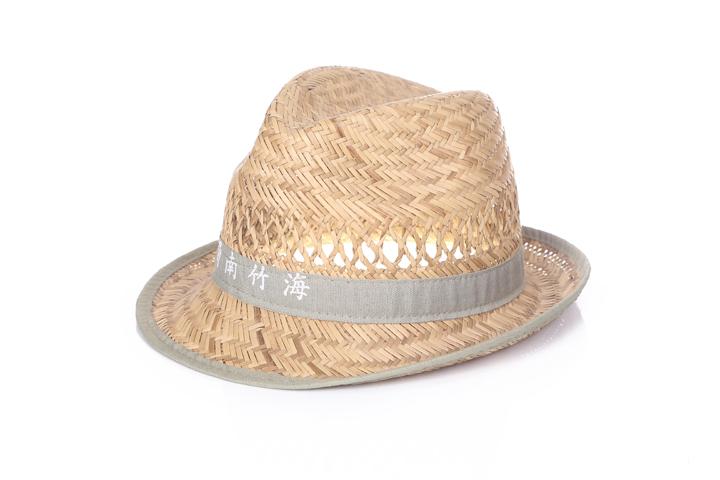 在万物复苏的春天,这样一款充满度假风情、色彩缤纷而雅致的民族风草帽,简直让人爱到欲罢不能!简约小礼帽造型特别衬衣服,仿佛只有这么纯粹、简单的美才显得更鲜活,所以,今年春夏,你大可以扔掉那些大宽沿、飘着丝带的淑女遮阳帽,用这顶民族风草帽来享受一下清新脱俗的感觉吧!